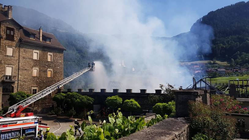 Stall bei Schloss Ortenstein verliert Dach - Brand unter Kontrolle