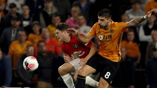 Manchester United's Daniel James (links) im Duell mit Wolverhamptons Ruben Neves